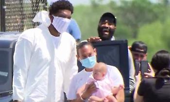Με ολόσωμη φόρμα, γάντια και μάσκα στο Ορλάντο ο Εμπίντ! (video)