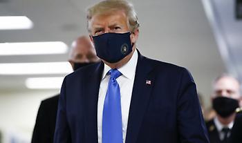 Για πρώτη φορά, ο Τραμπ φόρεσε προστατευτική μάσκα δημόσια