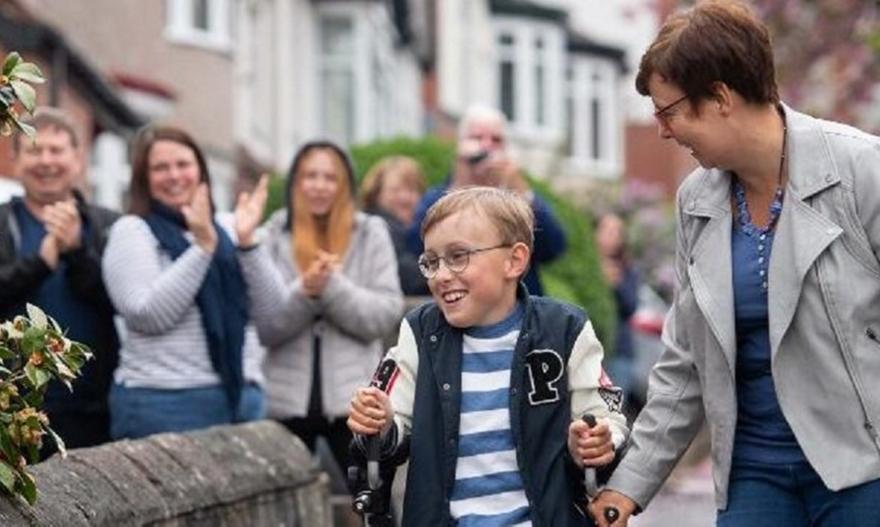 Σπάει καρδιές το αγόρι με εγκεφαλική παράλυση που ολοκλήρωσε μαραθώνιο!
