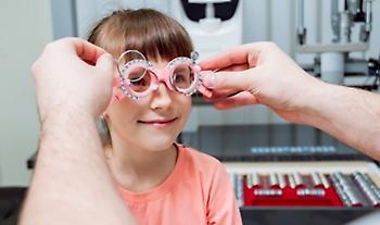 Έρευνα: Οι πολυεστιακοί φακοί επαφής «φρενάρουν» τη μυωπία στα παιδιά