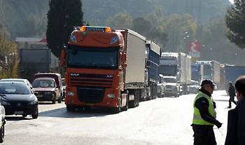 Ανατροπή νταλίκας στην εθνική οδό στη Λυκόβρυση