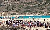 Φαινόμενα συνωστισμού στην παραλία του Μπάλου στην Κρήτη