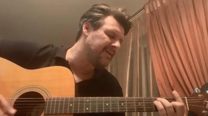Πάνος Κιάμος: Έπιασε την κιθάρα του και τραγούδησε το «Νίκησες πάλι»! (video)