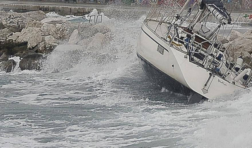 Ιανός- Iθάκη: Ιστιοφόρο με 2 επιβαίνοντες παρασύρθηκε ισχυρούς ανέμους