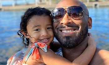 Η κορούλα του Κόμπι χαζεύει τον μπαμπά της σε φωτογραφία
