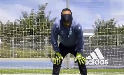 Ο Κέιλορ Νάβας απέκρουσε πέναλτι με δεμένα μάτια (video)