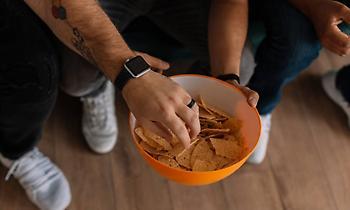 Τι μπορείς να φας χωρίς ενοχές όταν βλέπεις μπάλα στην τηλεόραση