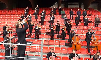 Η ορχήστρα της Βρετάνης παίζει τον ύμνο του Champions League για την «πρώτη» της Ρεν
