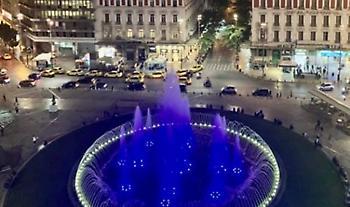 Στα γαλανόλευκα το συντριβάνι της Ομόνοιας για την 28η Οκτωβρίου (pic)