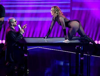 Η «καυτή» εμφάνιση της Τζένιφερ Λόπεζ στα AMA's (video/pics)