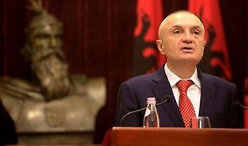 Ο πρόεδρος της Αλβανίας σε… κορωνοπάρτι - Έσερνε το χορό η γυναίκα του (videos)