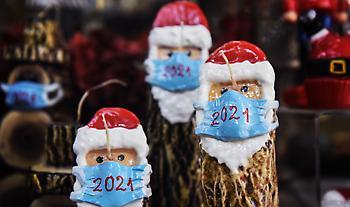 Χριστούγεννα: Ο κορωνοϊός αλλάζει τις καταναλωτικές συνήθειες – Περιορισμένες αγορές