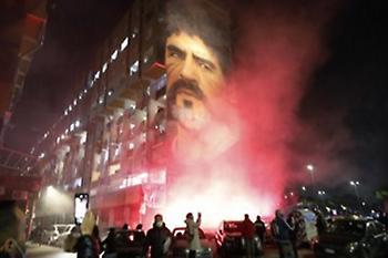 Καπνογόνα μπροστά από τη μορφή του Μαραντόνα στη Νάπολι (video)