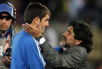 Καραγκούνης για Μαραντόνα: «Μαζί σου ερωτευτήκαμε το ποδόσφαιρο»