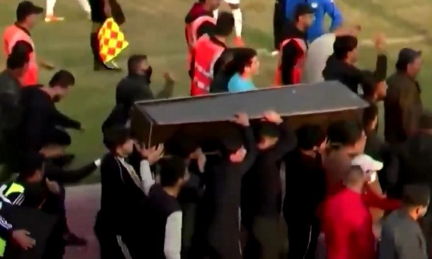 Μπήκαν με φέρετρο στο γήπεδο εν ώρα αγώνα στο Ιράκ (video)