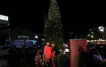 Φωταγωγήθηκε… Πανερυθραϊκά το Χριστουγεννιάτικο Δέντρο της Νέας Ερυθραίας