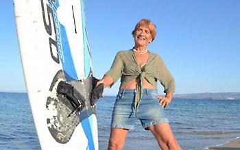 Μπήκε στο βιβλίο Guinness 83χρονη Ελληνίδα σέρφερ (pic)