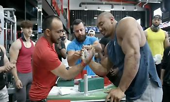Τύπος 70 κιλά έβαλε δύναμη με «τέρας» bodybuilder και τον νίκησε (vid)