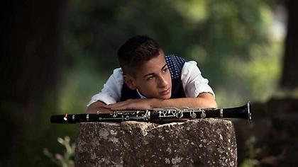 «Karmir Nur»: Ο 17χρονος σολίστας Δημήτρης Σακκάς μάς παρουσιάζει τη νέα του δισκογραφική δουλειά