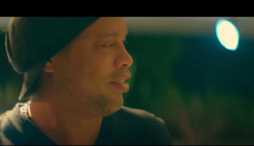 Ροναλντίνιο: Παίζει σε τραπ βίντεο κλιπ με ημίγυμνα μοντέλα (video)