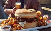 Μπέργκερ-γίγας με 1,2 κιλά μπιφτέκι, 1 κιλό ψωμί και 1 ολόκληρο μαρούλι σε… προκαλεί να το φας!