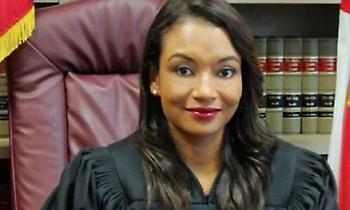 «Είστε πανέμορφη»: Κατηγορούμενος για ληστεία «την έπεσε» στη δικαστή την ώρα της δίκης (vid)