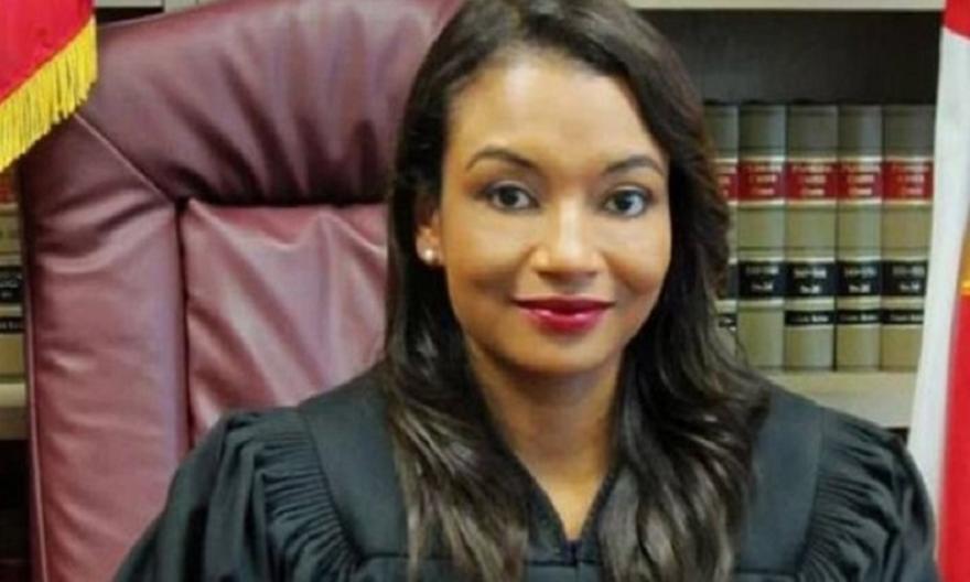 Kατηγορούμενος «την έπεσε» σε γυναίκα δικαστή την ώρα της δίκης