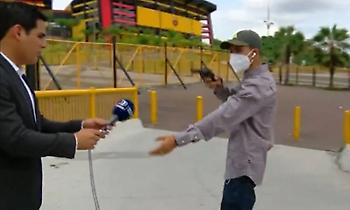 Οπλισμένος άντρας λήστεψε τηλεοπτικό συνεργείο σε ζωντανή σύνδεση (video)