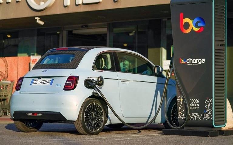To ηλεκτρικό Fiat 500 θα «πληρώνεται» για να σταθμεύει