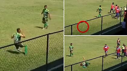 Παίκτης στη Γουατεμάλα τραυμάτισε μόνος του τον εαυτό του με μπουκάλι που πέταξαν οι οπαδοί (video)
