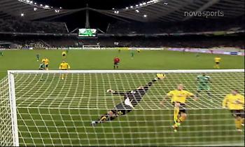 Παναθηναϊκός-ΑΕΚ: Όταν ο Αραμπατζής... πέταξε και στέρησε το γκολ στον Σαλπιγγίδη (video)