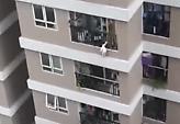 Μωρό έπεσε από τον 12ο όροφο και σώθηκε με τη βοήθεια ενός ήρωα (video)