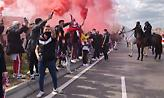 Εκατοντάδες οπαδοί της Ατλέτικο υποδέχτηκαν την αποστολή με καπνογόνα (video)
