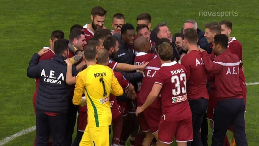 ΑΕΛ: Οι αγκαλιές των παικτών με τον Αλέξη Κούγια - Ποδόσφαιρο - Super  League 1 - Λάρισα | sport-fm.gr: bwinΣΠΟΡ FM 94.6