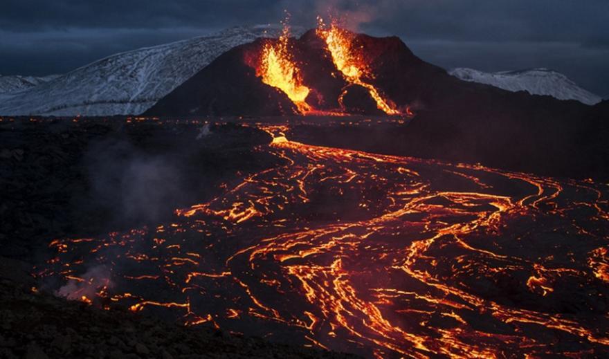 Ισλανδία: Απόκοσμες εικόνες με ποτάμια λάβας από την έκρηξη