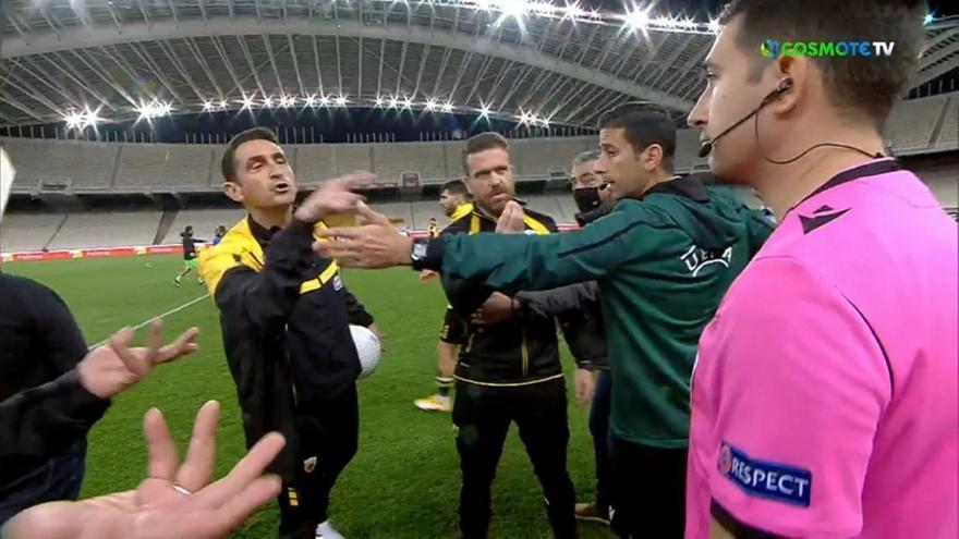 ΑΕΚ-ΠΑΟΚ: Έντονα παράπονα Χιμένεθ στον διαιτητή με τη λήξη