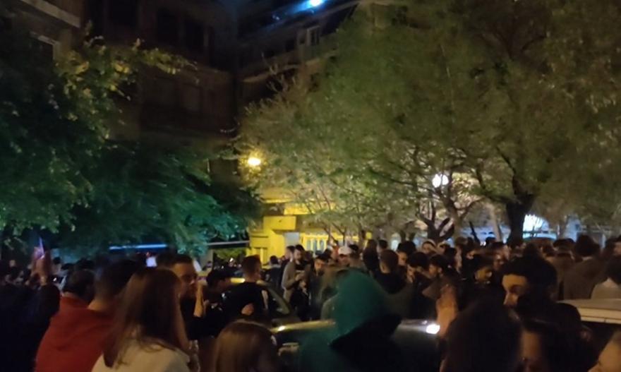 Γιατί δεν επενέβη αστυνομία στο κορωνοπάρτι 3.000 ατόμων