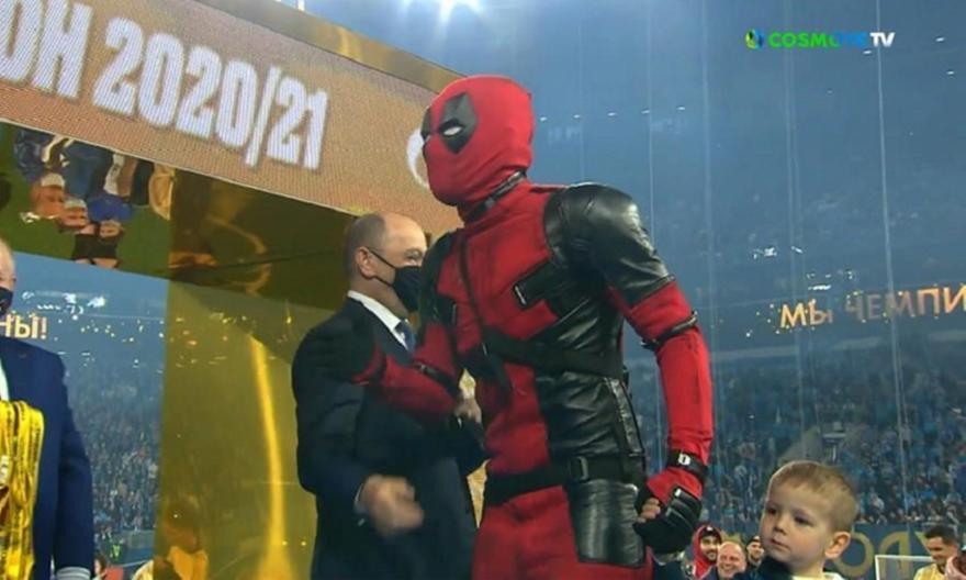 Έπος: Ο Τζιούμπα εμφανίστηκε στην απονομή ως Deadpool (vid)