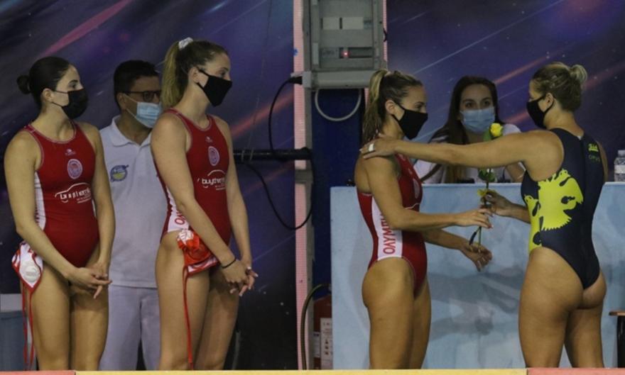 ΑΕΚ: Μοίρασε τριαντάφυλλα στα κορίτσια του Ολυμπιακού