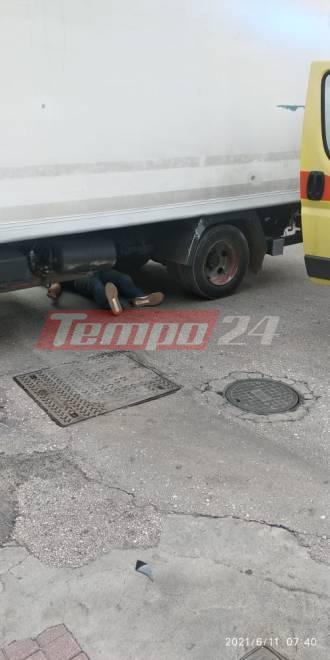 Πάτρα: Δικυκλιστής σφηνώθηκε κάτω από φορτηγό! (pics)
