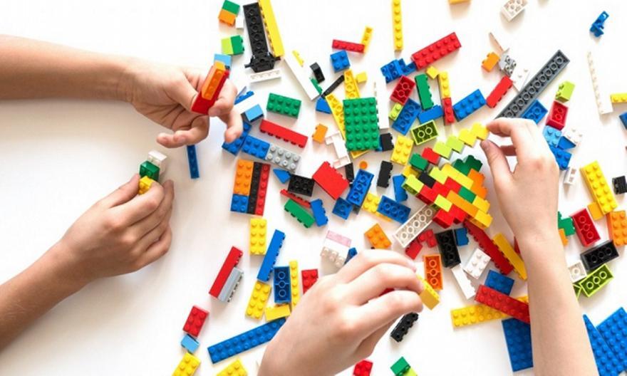 Lego: Κατασκεύασε τα πρώτα τουβλάκια από πλαστικά μπουκάλια