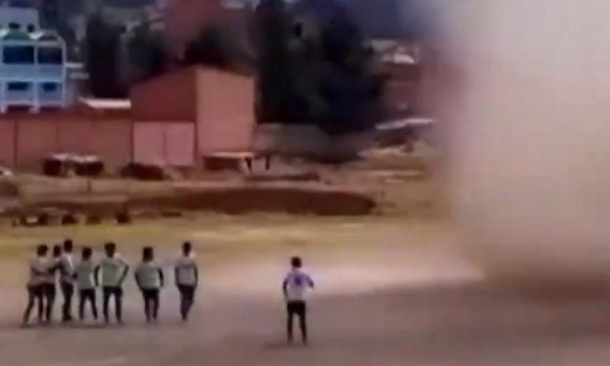 Βολιβία: Ανεμοστρόβιλος διέκοψε ποδοσφαιρικό αγώνα