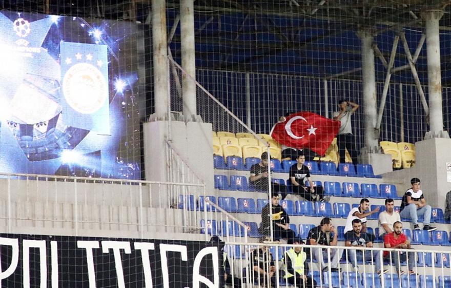 Ολυμπιακός: Τουρκική σημαία στο γήπεδο της Νέφτσι