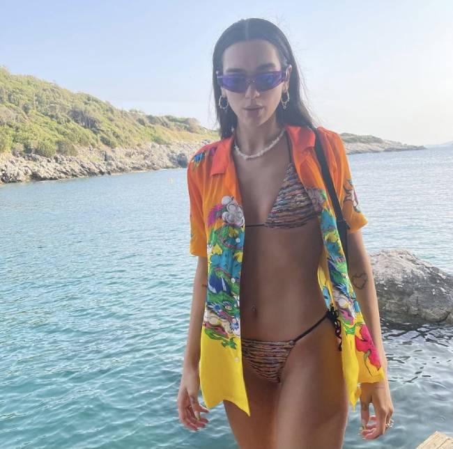 Η Dua Lipa με σέξι μπικίνι σε διακοπές στην Αλβανία