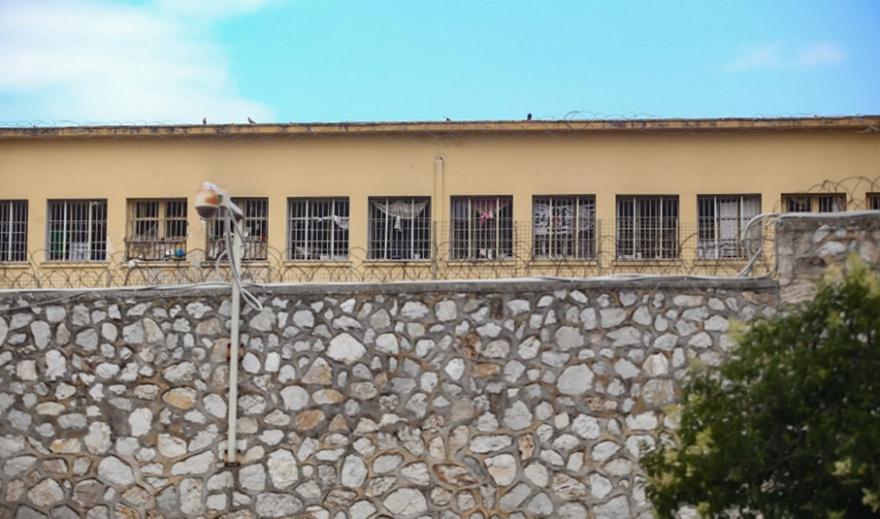 Κορυδαλλός: Πέταξαν δέμα με ναρκωτικά και κινητό