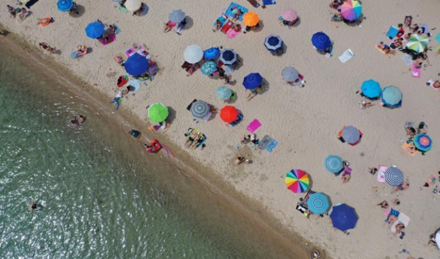 «Καμπανάκι» ΑΠΘ: Ο κορωνοϊός διασπείρεται τα ΣΚ στη παραλία