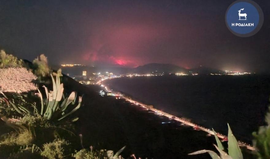 Δύσκολη νύχτα στη Ρόδο: Μαίνεται η φωτιά