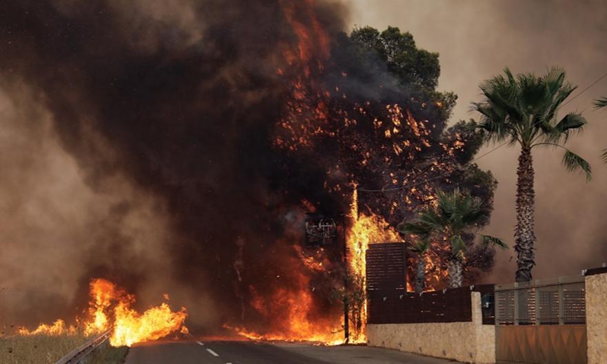 Βαρυμπόμπη: Καίγονται σπίτια, εκκένωση στους Θρακομακεδόνες