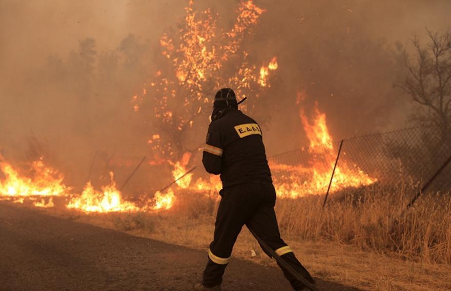 Βαρυμπόμπη: Σοκαριστικές εικόνες από τη φωτιά