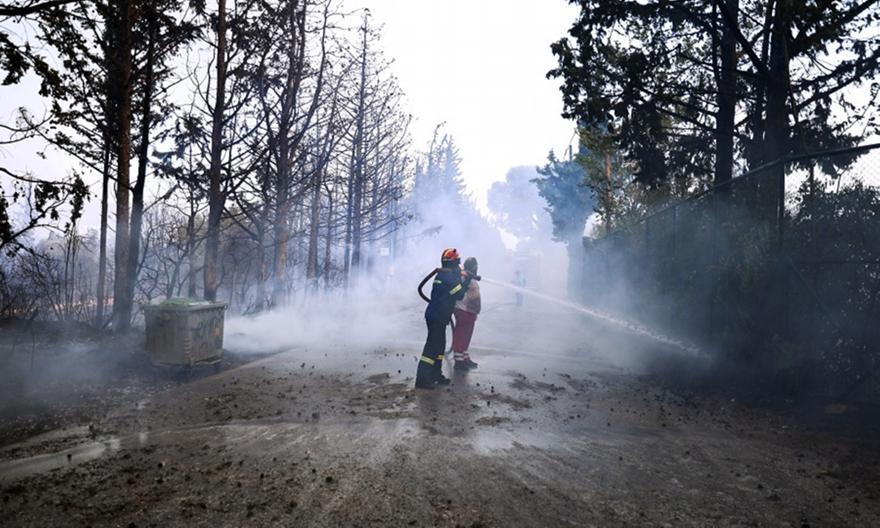 Φωτιά στη Βαρυμπόμπη: Εκκενώνεται το Ολυμπιακό Χωριό